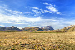 Gran Sasso d'Italia风景在阿布鲁佐意大利HDRI 免版税库存图片