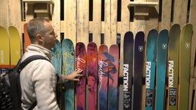 Gran selección de esquís en tienda almacen de video