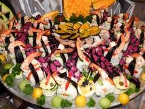 Gran sistema del sushi con el camarón, los salmones y los pescados Foto de archivo