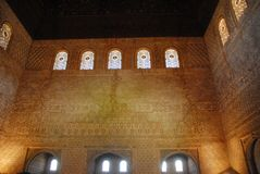 Gran sitio con las ventanas teñidas dentro de Alhambra en Granada en España Foto de archivo libre de regalías