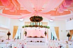 Gran tabla de la boda de recienes casados Foto de archivo