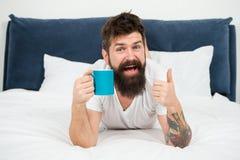 Gran tiempo en casa var?n maduro con la barba en pijama en cama dormido y despierto energ?a y cansancio Hombre barbudo feliz fotografía de archivo