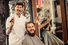 Gran tiempo en la barbería con el peluquero Imagen de archivo