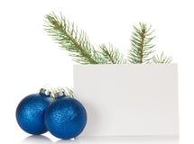 Gran-träd filial, två ljusa julleksaker och arkivfoto