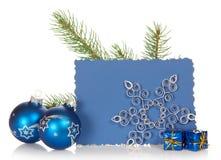 Gran-träd filial, två ljusa julleksaker som är små royaltyfria bilder