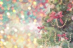 Gran-träd mousserar prydliga filialer med unfocused bokeh dekorljus Fotografering för Bildbyråer