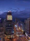 Gran tramite via illuminata dalle luci di natale al crepuscolo madrid Fotografia Stock