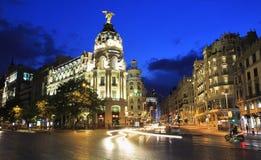 Gran VÃa bij schemer, een het winkelen straat wordt voor de betere inkomstklasse die in centraal Madrid wordt gevestigd verlicht  Royalty-vrije Stock Foto's