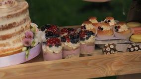 Gran variedad de dulces: pasteles, galletas, torta en el banquete almacen de metraje de vídeo
