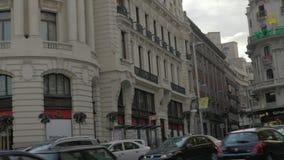 Gran Via gata med vägtrafik och den Edificio metropolisen madrid spain arkivfilmer
