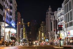 Gran via in Madrid bij nacht met verkeer Stock Afbeelding