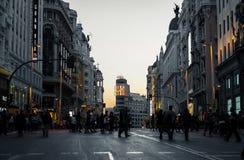 Gran via straat bij schemer in Madrid Stock Afbeelding