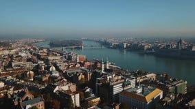 Gran visión aérea en Budapest hermosa, capital de Hungría, y del río Danubio metrajes