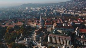 Gran visión aérea en Budapest hermosa, capital de Hungría, y del río Danubio almacen de video