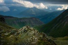 Gran vista de las colinas verdes que brillan intensamente por luz del sol Ubicación fa Imagen de archivo