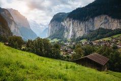 Gran vista del pueblo alpino Montañas suizas del lugar de la ubicación, Lauterb imagenes de archivo