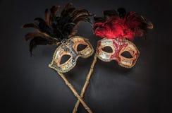Gran vista ditailed de viejas máscaras coloridas de teatro artísticas en fondo gris oscuro Imagen de archivo