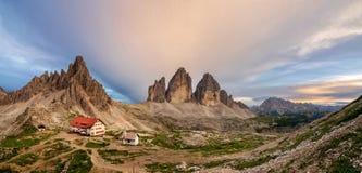 Gran vista panorámica de Tre Cime, de su choza y de la capilla Tre Cime di Lavaredo National Park, dolomías, Italia imagenes de archivo