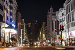 Gran w Przez Madryt przy nocą z ruchem drogowym Obraz Stock