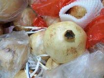 Granaatappel bij verse markt Stock Afbeelding