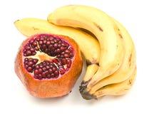 Granaatappel en bos van bananen stock foto