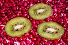 Granaatappel en kiwi Stock Foto's