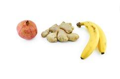 Granaatappel, gember en bananen op wit wordt geïsoleerd dat royalty-vrije stock afbeelding