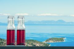 Granaatappel koud sap in flessen tegenovergesteld op de eilanden en het overzees royalty-vrije stock foto