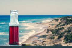 Granaatappel koud sap in flessen tegenovergesteld op de eilanden en het overzees royalty-vrije stock afbeelding