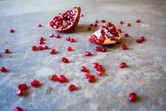 Granaatappel met verspreide zaden stock foto's