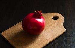 Granaatappel op een donkere, houten achtergrond Royalty-vrije Stock Foto's