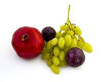 Granaatappel, pruimen en druiven op witte achtergrond Stock Afbeeldingen