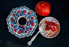 Granaatappelfruit en verse koffie Ontbijt in in traditionele stijl Stock Afbeeldingen