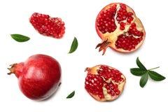 granaatappelfruit met groene die bladeren op een witte hoogste mening worden geïsoleerd als achtergrond royalty-vrije stock afbeelding