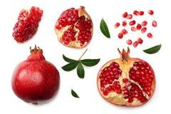 granaatappelfruit met zaden en groene die bladeren op witte hoogste mening worden geïsoleerd als achtergrond royalty-vrije stock afbeelding