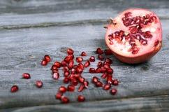 Granaatappelfruit op houten vloer royalty-vrije stock fotografie