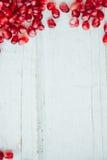 Granaatappelgrens over witte houten achtergrond Royalty-vrije Stock Foto
