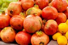 Granaatappels en een paar mandarijnen, gezond voedsel Royalty-vrije Stock Afbeelding