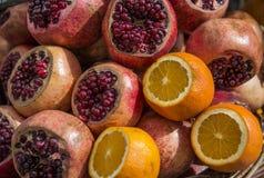 Granaatappels of granate appelen en sinaasappelen in marktplaats stock fotografie
