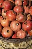 Granaatappels in mand Royalty-vrije Stock Afbeeldingen