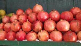granaatappels op een rek worden geschikt dat royalty-vrije stock afbeeldingen
