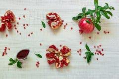 Granaatappelvruchten en zaden stock foto