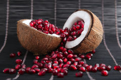 Granaatzaden in kokosnotenshell Stock Foto's