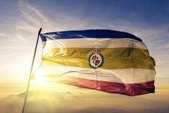 Granada-Abteilung des Nicaragua-Flaggentextilstoffgewebes, das auf den Spitzensonnenaufgangnebelnebel wellenartig bewegt lizenzfreie abbildung