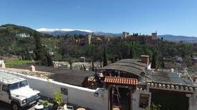 Granada, Andalucía, España - 15 de abril de 2016: Opinión de Alhambra de la terraza del tejado de San Nicolás almacen de metraje de vídeo