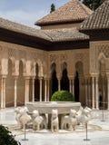 GRANADA, ANDALUCIA/SPAIN - MAJ 7: Część Alhambra pałac zdjęcie royalty free