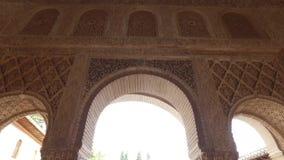 Granada Andalucia, Spanien - April 17, 2016: Alhambra och Generalife slott med trädgårdar stock video