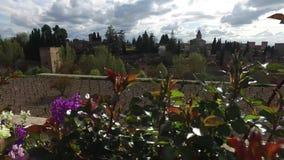Granada, Andalusia, Spagna - 17 aprile 2016: Alhambra e palazzo di Generalife con i giardini video d archivio