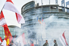 Granada de humo delante del parlamento Imágenes de archivo libres de regalías