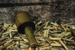 Granada de mão soviética velha em projeteis de artilharia fotografia de stock